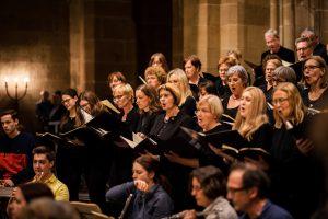 Nahaufnahme von Sopran-Sängerinnen und -Sängern