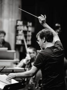 Dirigent gibt Einsatz