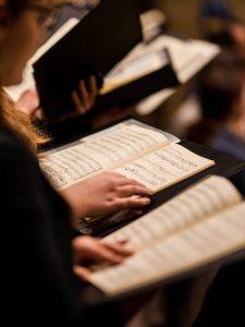 Noten in den Händen von Chorsängerinnen